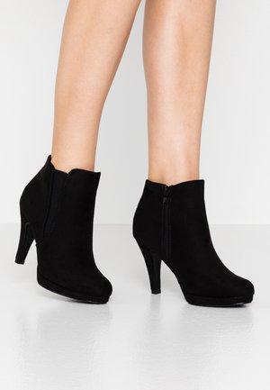 Højhælede støvletter - black