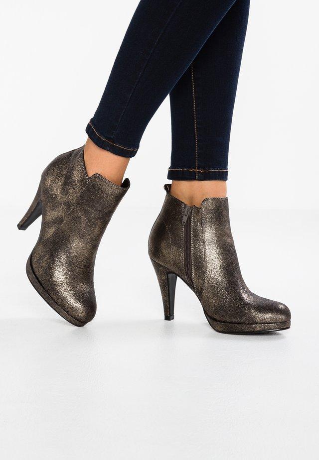 Højhælede støvletter - metal