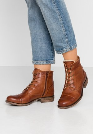 LEATHER WINTER BOOTIES - Śniegowce - cognac