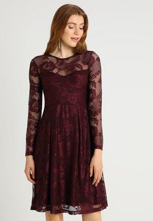 Koktejlové šaty/ šaty na párty - winetasting