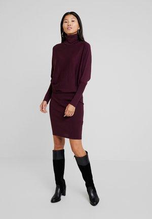 Stickad klänning - bordeaux