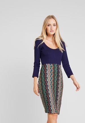 Fodralklänning - multicolor
