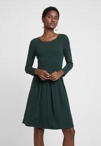 Anna Field - ETUIKLEID BASIC - Pouzdrové šaty - scarab - 0