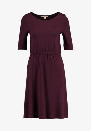 BASIC  - Žerzejové šaty - winetasting