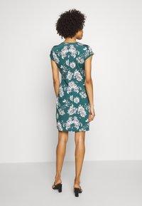 Anna Field - FRONT CROSS - Žerzejové šaty - green/white - 2