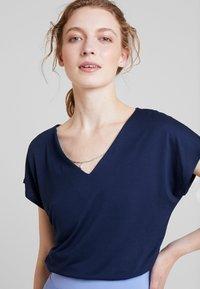 Anna Field - Triko spotiskem - navy blazer - 0