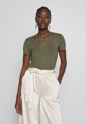 T-shirt med print - olive night