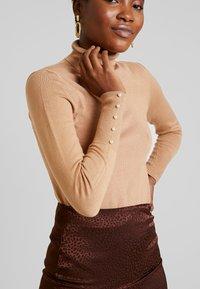 Anna Field - Stickad tröja - camel - 4