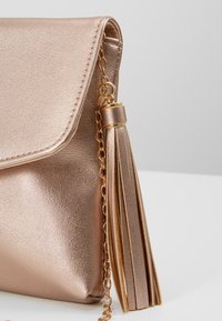 Anna Field - Pochette - gold coloured - 7