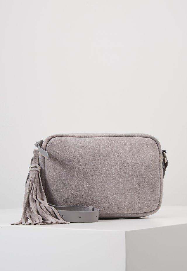 LEATHER - Taška spříčným popruhem - light grey