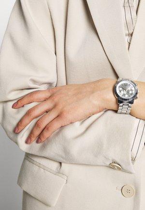Montre à aiguilles - silver-coloured