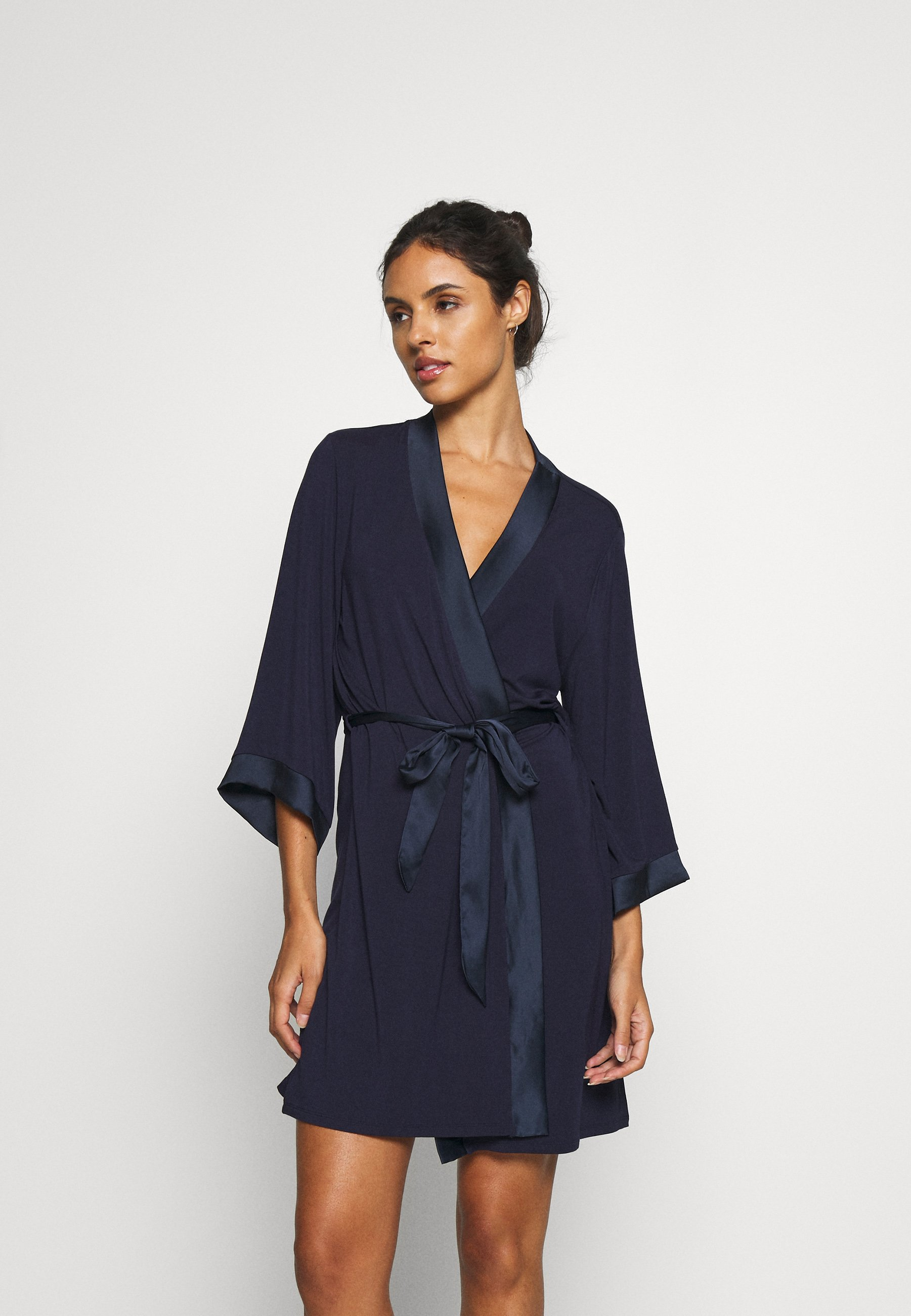 robe avec tissu imitation versace chez zalando