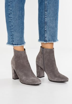 LEATHER HIGH HEELED ANKLE BOOTS - Stivaletti con tacco - grey