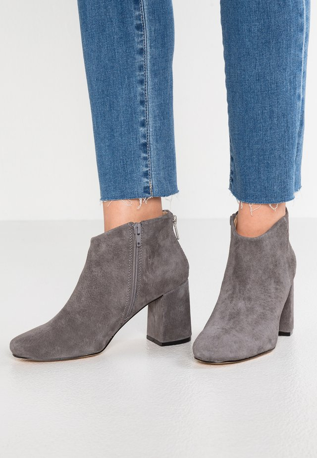 LEATHER ANKLE BOOTS - Nilkkurit - grey