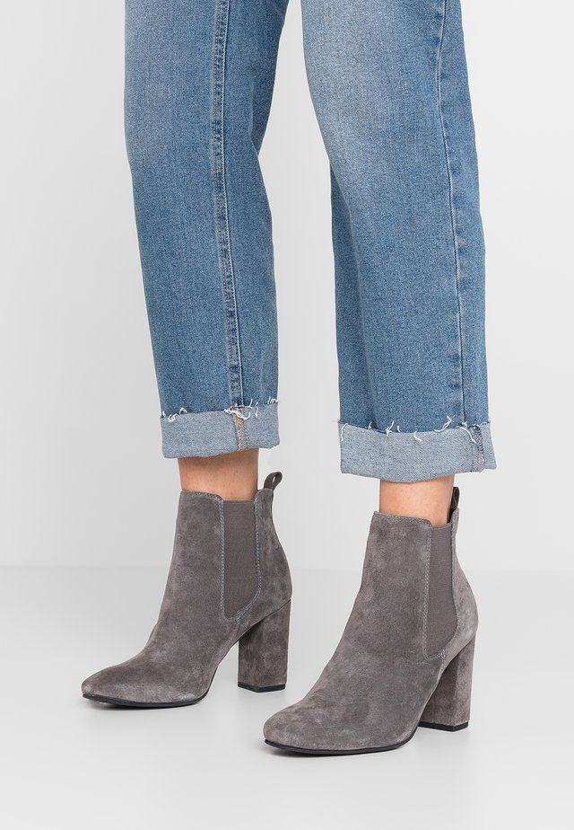 LEATHER HIGH HEELED ANKLE BOOTS - Klassiska stövletter - grey