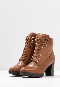 Anna Field Select - LEATHER PLATFORM ANKLE BOOTS - Kotníkové boty na platformě - cognac - 4