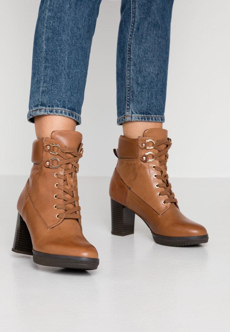 Anna Field Select - LEATHER PLATFORM ANKLE BOOTS - Kotníkové boty na platformě - cognac
