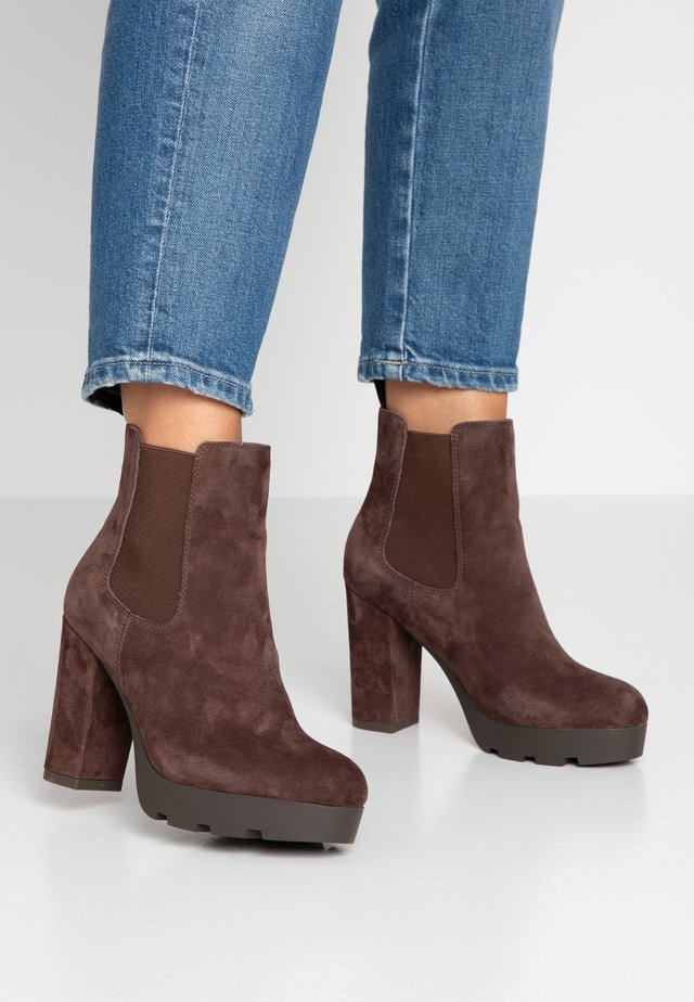 LEATHER HIGH HEELED ANKLE BOOTS - Klassiska stövletter - brown