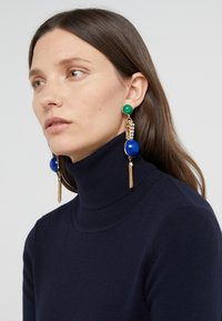 Anton Heunis - EARRING OMEGA CLASP HALF SPHERE WITH TASSEL - Korvakorut - blue/green/gold-coloured - 1