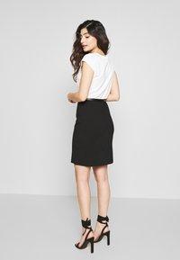 Anna Field Petite - Pouzdrové šaty - white/black - 2