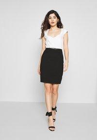 Anna Field Petite - Pouzdrové šaty - white/black - 1