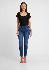 Anna Field Petite - T-shirts med print - black - 1