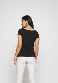 Anna Field Petite - 3 PACK - T-shirts - white/black/dark grey - 3