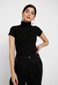 Anna Field Petite - T-shirt z nadrukiem - black - 0
