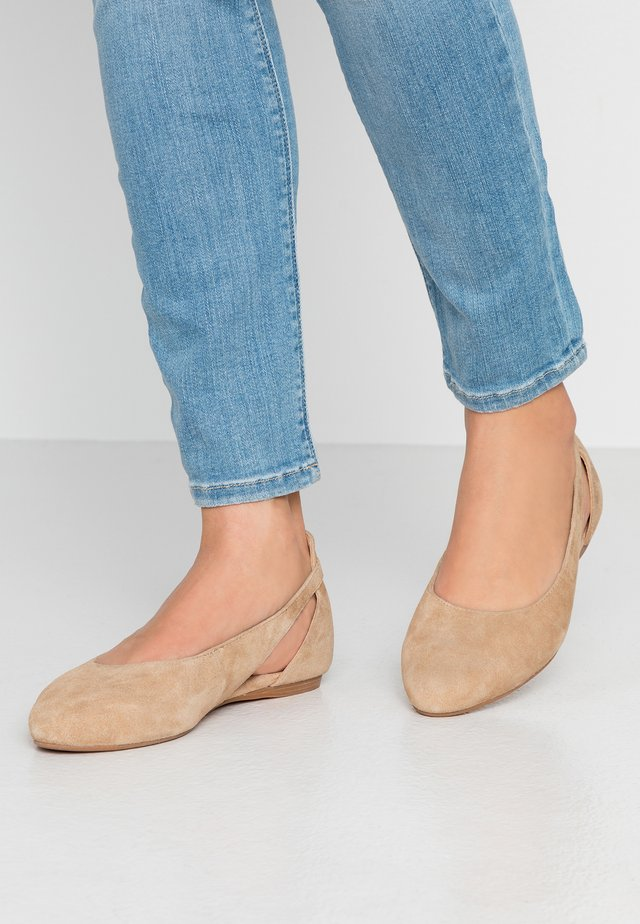 LEATHER BALLERINAS - Ballerina's - beige