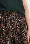 Another-Label - DUNHAM FLOWER PANTS - Stoffhose - black