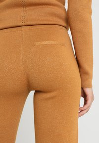 Another-Label - PASCAL PANTS - Tygbyxor - inca gold - 4