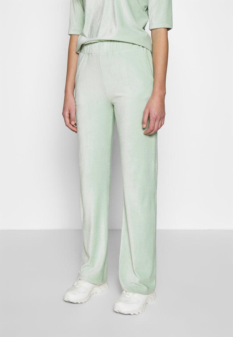 Another-Label - ARIELLE PANTS - Pantalones - light yucca