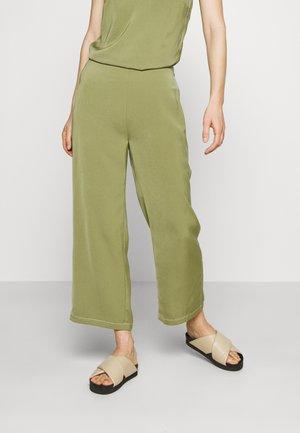 BILLEIGH PANTS - Pantalones - loden green