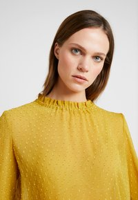 Another-Label - PYRAMIDES HAIRY DOT - Blouse - green sulphur - 4