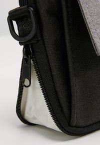 anello - SQUARE FLAP CROSS BODY - Skuldertasker - black grey - 6