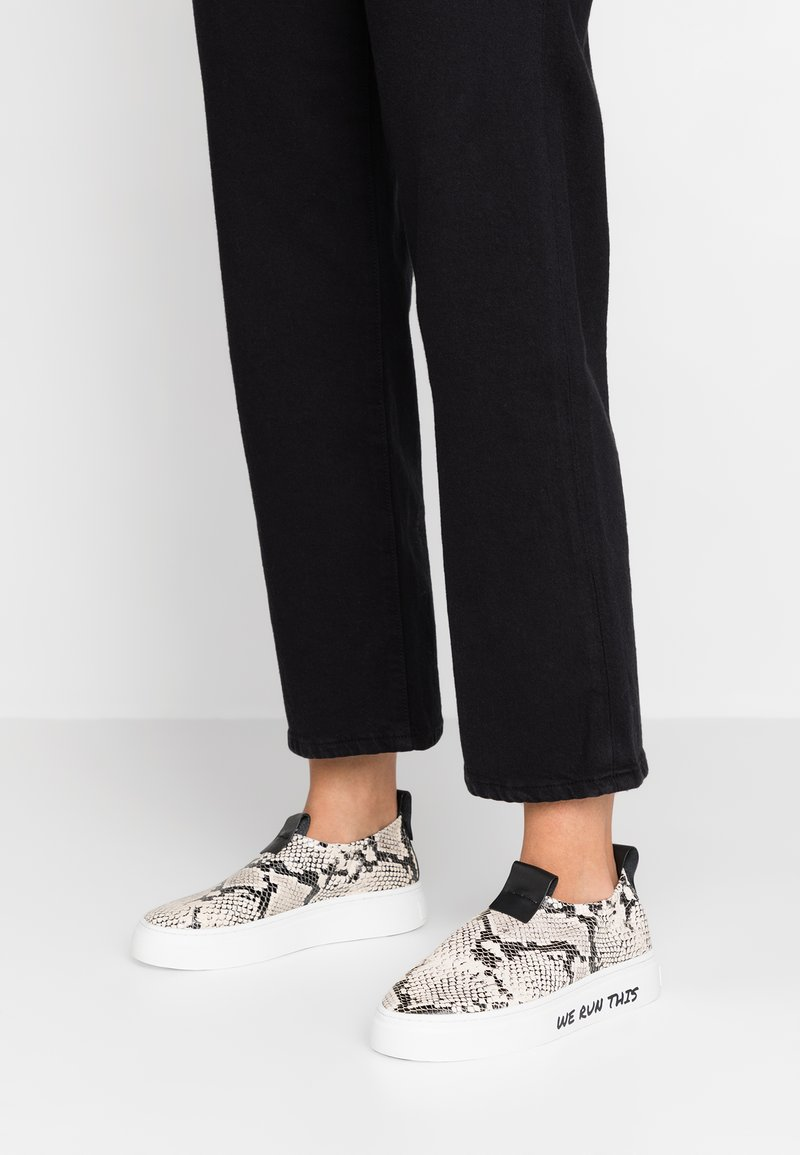 ANNY NORD - WE RUN THIS - Slip-ons - black/white