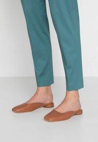 ANNY NORD - BLAME IT ON THE BOOGIE MULE - Pantolette flach - hazelnut - 0