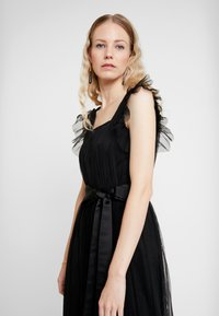 Anaya with love - PLEATED MAXI DRESS WITH RUFFLE SLEEVE AND TIE - Galajurk - black - 4
