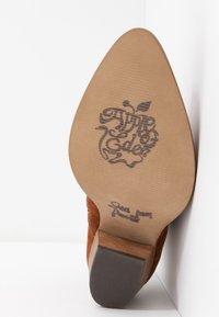 Apple of Eden - CLARA - Kovbojské/motorkářské boty - cognac - 6