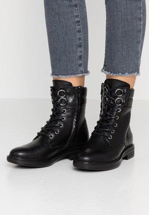 TAY - Botines con cordones - black