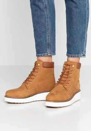 CORA - Kotníkové boty na platformě - cognac
