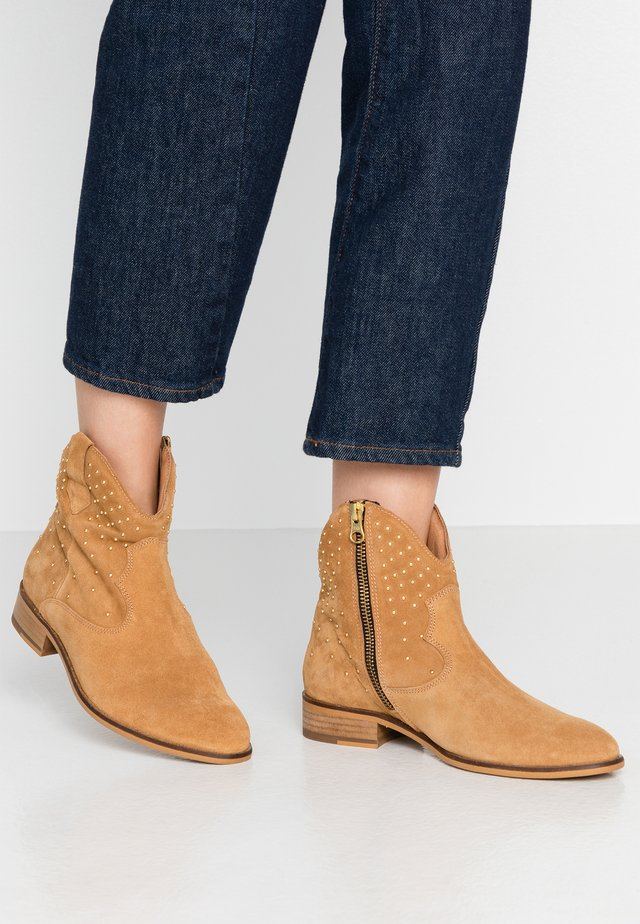 HOPE - Cowboy/biker ankle boot - light cognac