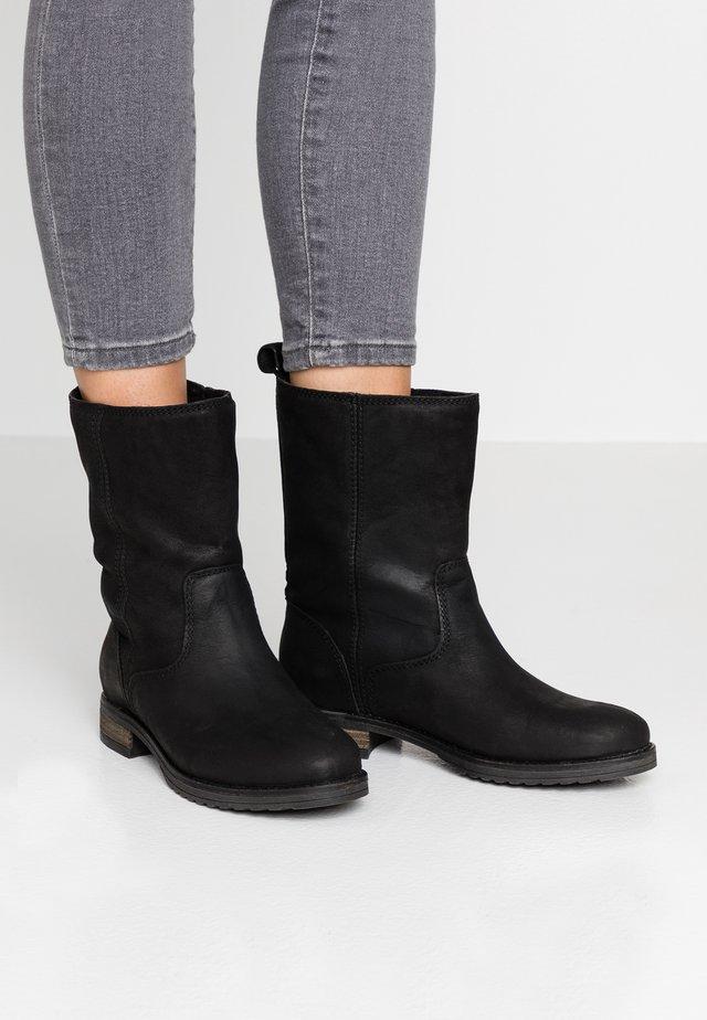 DARIA - Vysoká obuv - black