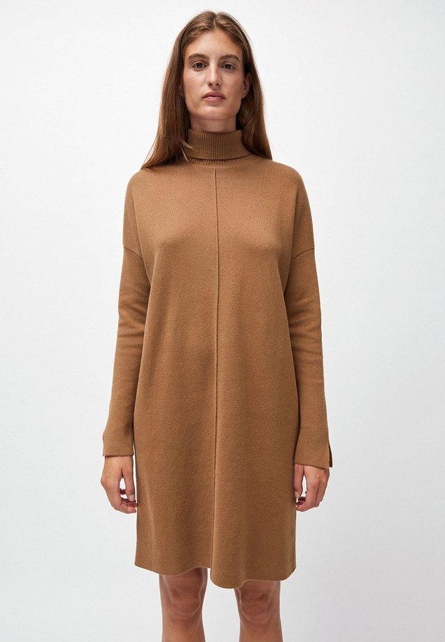 SIENNAA - Strickkleid - dark caramel