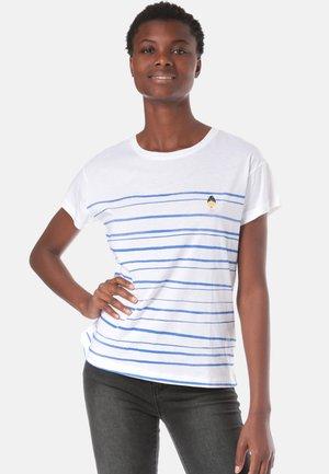 NELAA WOMAN AT THE SEA - Print T-shirt - white