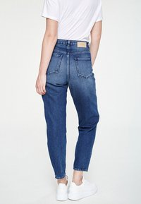 ARMEDANGELS - MAIRA - Jeans Tapered Fit - destroyed denim - 2
