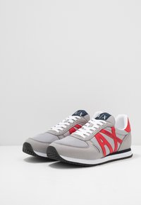 Armani Exchange - RETRO RUNNER - Matalavartiset tennarit - grey/red - 2