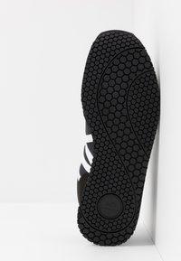 Armani Exchange - RETRO RUNNER - Sneakersy niskie - black/white - 4