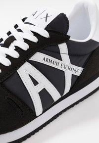 Armani Exchange - RETRO RUNNER - Sneakersy niskie - black/white - 5