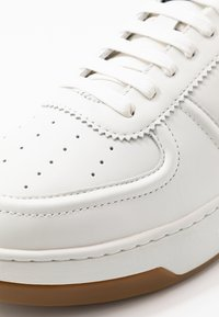 Armani Exchange - CHUNKY TENNIS - Zapatillas - white/navy - 5